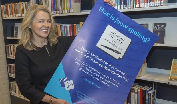 • Manager Miriam Nahon van bibliotheek Bergambacht met de Dictee-poster.