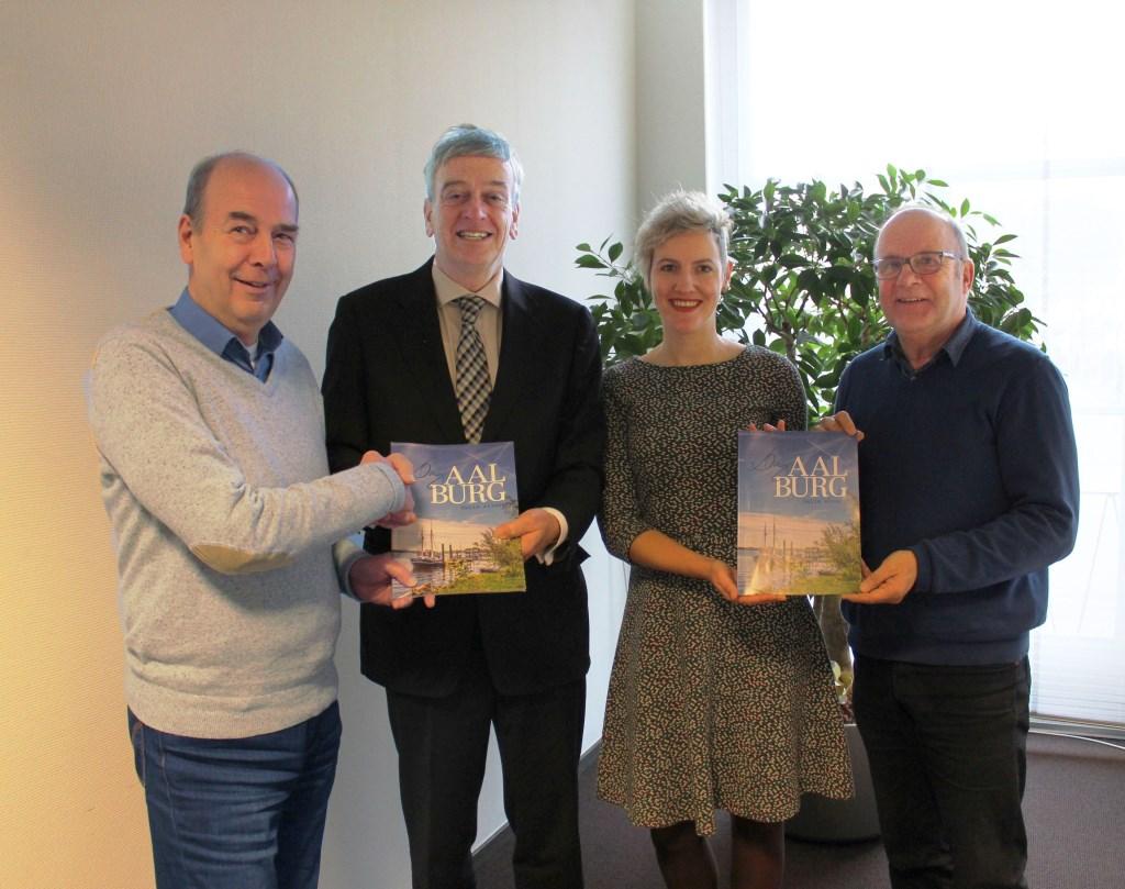 • Henk Poelakker, Fons Naterop, Marijke Verhoef en Kees Noorloos met het eerste exemplaar.