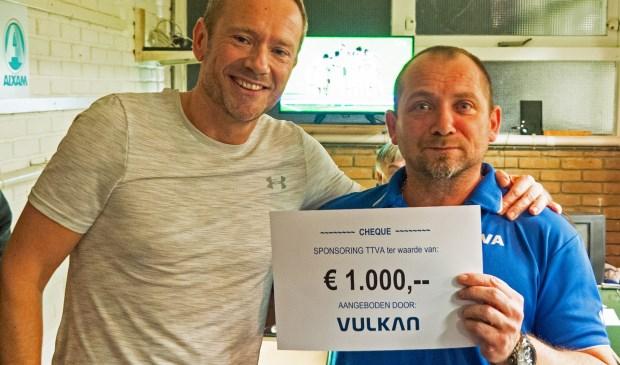 • Robert van Riemsdijk van Vulkan Benelux overhandigt de cheque aan voorzitter Ralph Faasen van TTVA.