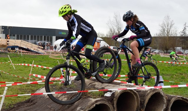 • Lise Korf (rechts) op weg naar de overwinning.