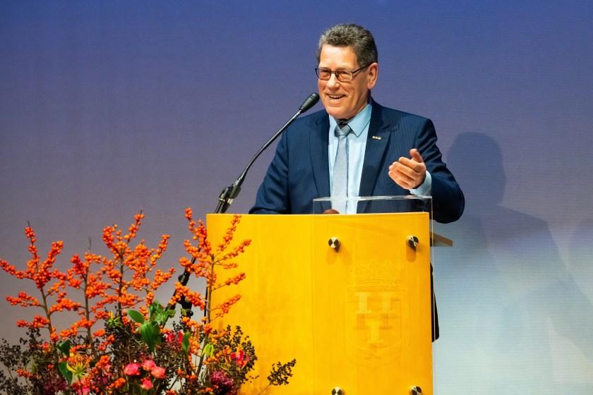 • Dick den Hertog speecht tijdens de buitengewone laatste raadsvergadering.