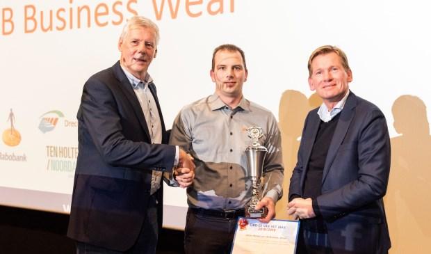 • Johan Borsje (m) krijgt de prijzen en felicitaties van Paul Mallee van de Rabobank (r) en voorzitter Harry Eskes.
