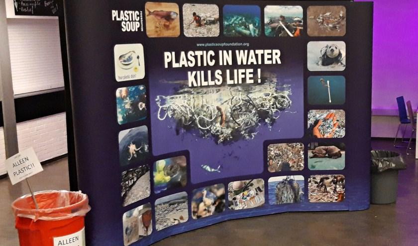 • De wand van de Plastic Soup Foundation op het Schoonhovens College.