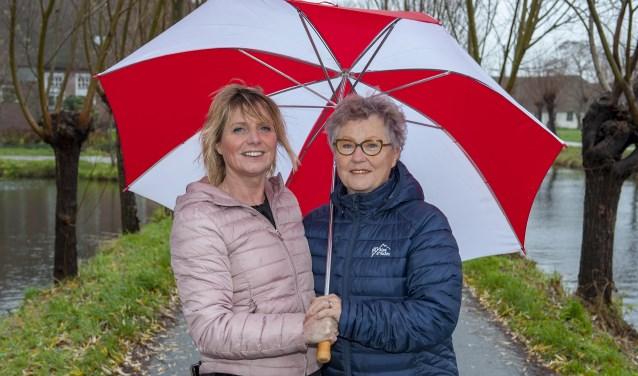 • Marijke Klapwijk (r) met haar buurvrouw/vriendin Monique Oomens.