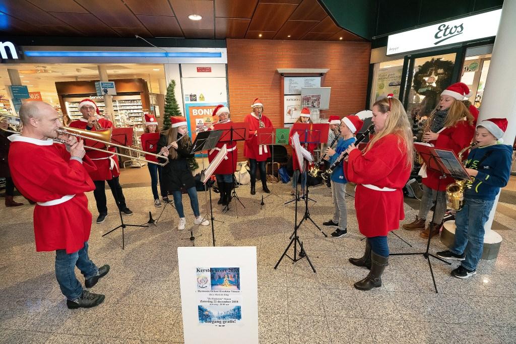 Leerlingen Harmonieorkest Excelsior spelen Kerstmuziek Foto: Nico Van Ganzewinkel © Vianen