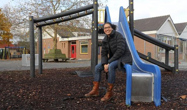 • Waida Vogel-Bwefar op het schoolplein van De Overstap.