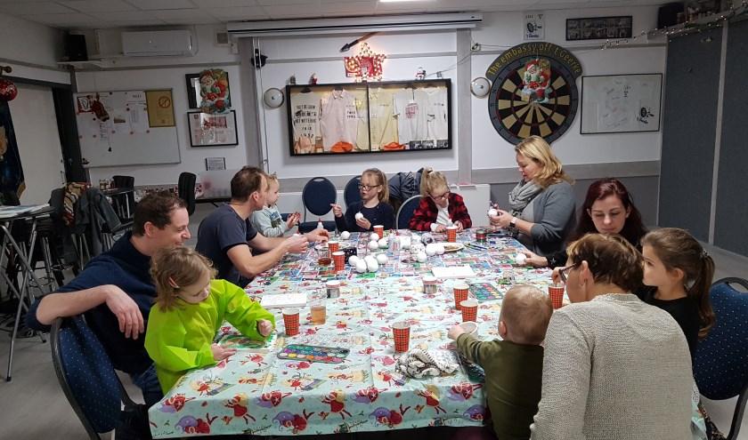• Kinderen en ouders knutselen kerststukjes.