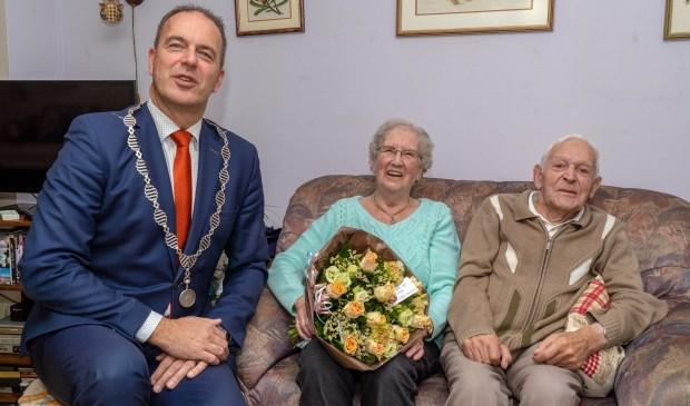 • Echtpaar Vervelde met burgemeester Paans.