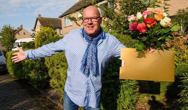 Gaston met cheque en bloemen. Foto: Roy Beusker