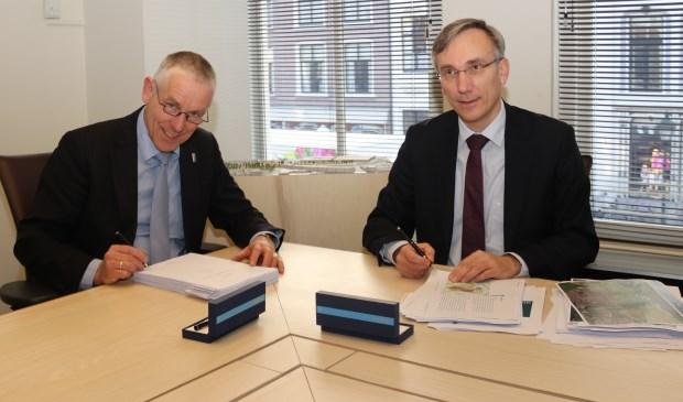 • Wethouder Marcel Verweij (l.) en algemeen directeur Vincent van den Broek van Smit's Bouwbedrijf ondertekenen de overeenkomst.