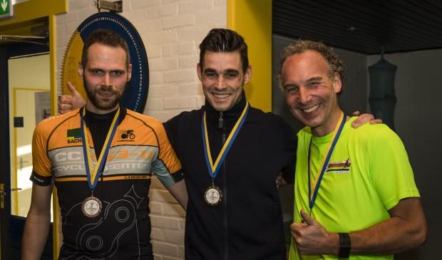 • Philip van Zanten (midden) was de snelste loper van de acht kilometer bij de Regio Bank Kerkwijk Cross. Links nummer 3 Kees de Bijl, rechts nummer 2 Eelco Noort.