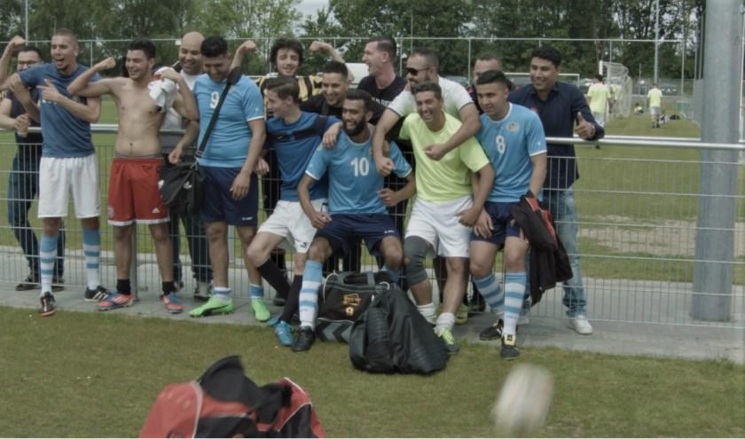 • Lienke Roos filmde onder andere bij het jaarlijkse voetbaltoernooi van de buurtouders.