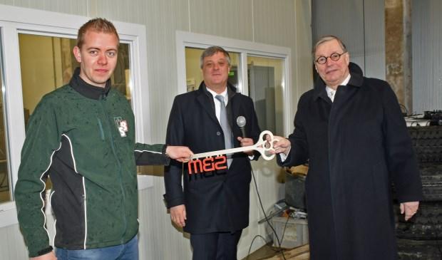 • SGP-wethouder Leendert Wijmaalen overhandigt de sleutel aan bedrijfsleider Roel Balkenende.