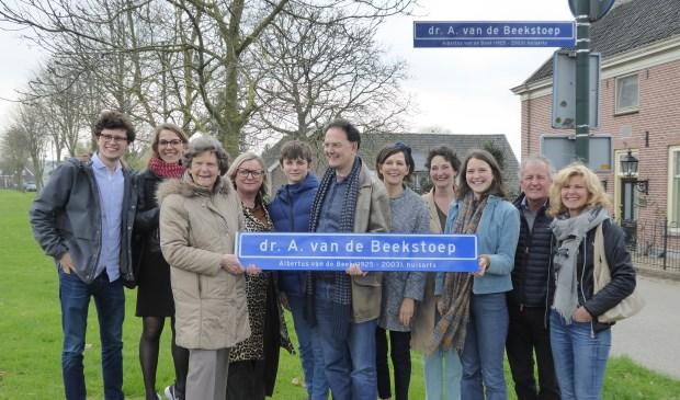 • Veel familieleden waren aanwezig bij de onthulling van het straatnaambord.