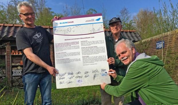 • Voorzitter Sjoerd Veerman ondertekent het beheerconvenant onder toezicht van vrijwilligers Johan Sterk en Jan Andeweg.