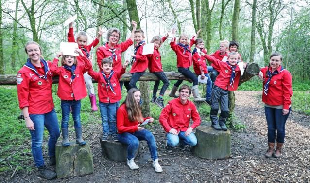 • De Bevers waren afgelopen zaterdag actief in De Kloosterwiel. Achteraan staat Hella Goesten tussen de kinderen.