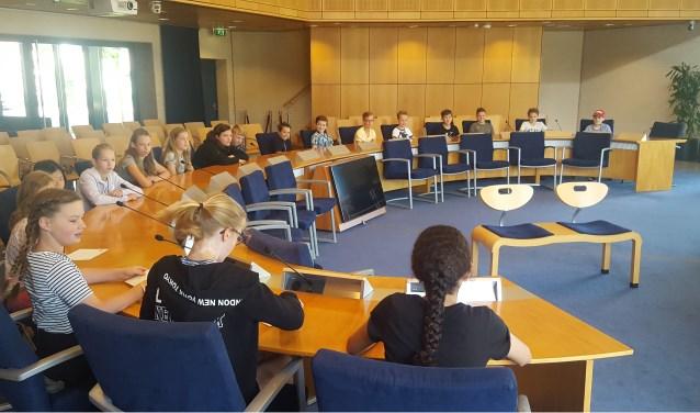 • Groep 8 in de raadszaal van het gemeentehuis in Kerkdriel.