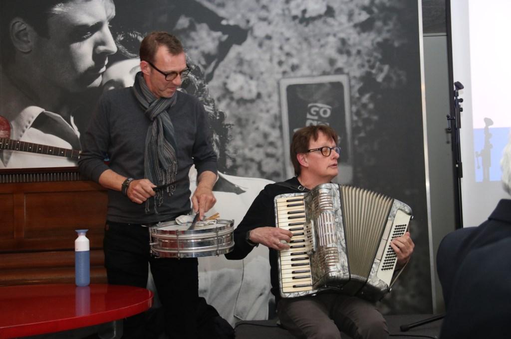 • Pieter Danz (percussie) en Rob Witteveen (accordeon) van klezmerband Agge Nebbisj. Foto: Dick Aanen © Leerdam