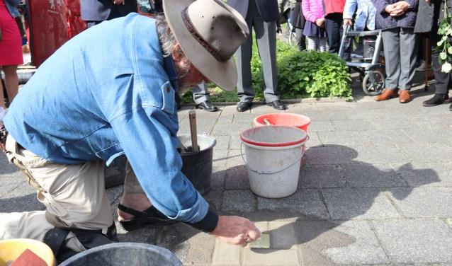 • Gunter Demnig plaatst de Stolperstein op het trottoir voor het woonhuis aan de Oranje Nassaulaan 16.