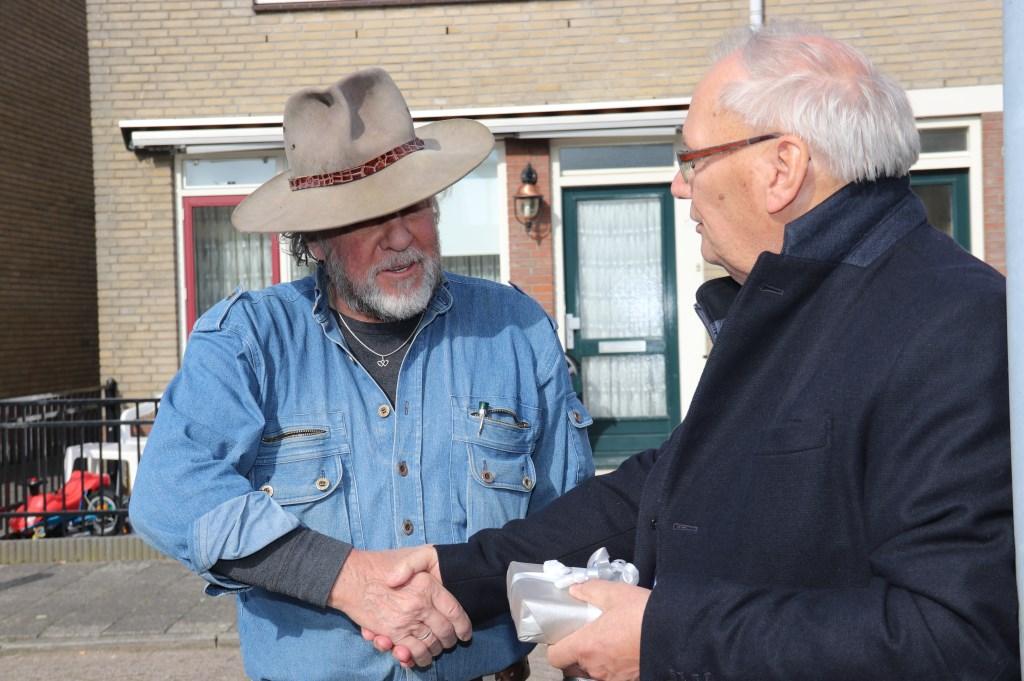 • Wethouder Bart Bruggeman overhandigt aan Gunter Demnig een Leerdams glaswerk.   Foto: Dick Aanen © Leerdam