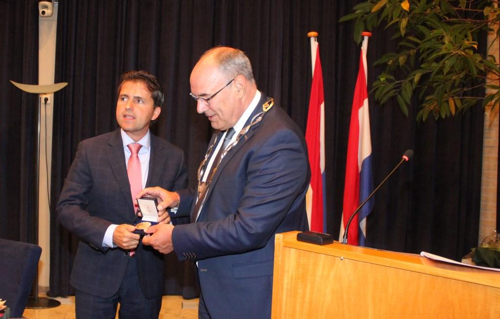 • Gerard van den Anker kreeg bij zijn vertrek de gouden erepenning van de gemeente Maasdriel.