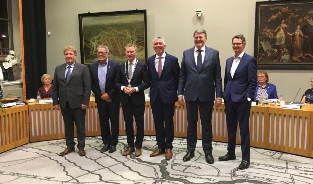 • De nieuwe samenstelling van het college: v.l.n.r. Adrie Bragt, Kees Zondag, Peter Rehwinkel, Gijs van Leeuwen en Willem Posthouwer, samen met gemeentesecretaris Wabe Wieringa.