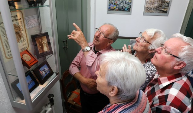 • Piet Kortleve geeft uitleg bij de vitrine met de onderscheiding.