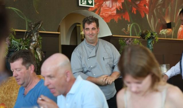 • Patron cuisinier Luc van Iersel ziet 'zijn' streekproducenten genieten. Foto: Cynthia Brandwijk © Bommelerwaard