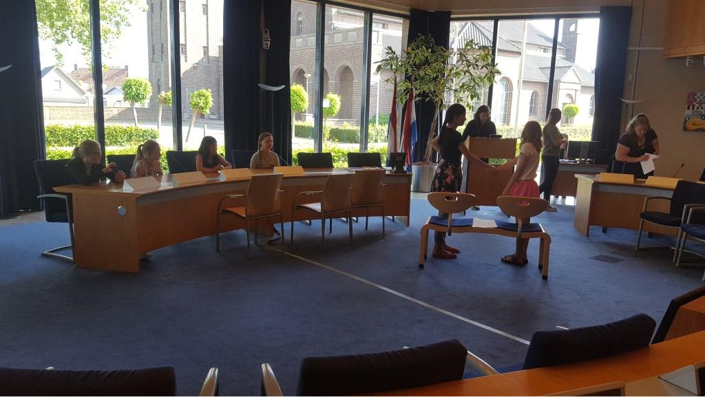 • Groep 8 in de raadszaal van het gemeentehuis in Kerkdriel. Foto: Sandra Kozijn © Bommelerwaard
