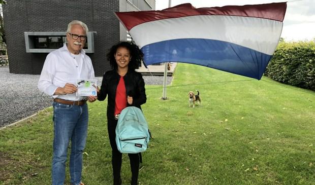 • Voorzitter Arie Slob overhandigt een felicitatiekaart aan Victoria de Jong.