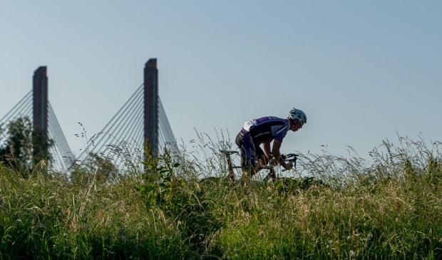 • Op de foto Marcel van Lit uit Est, die op 1 seconde de snelste Boemel werd op de nummer 2 André Westra uit Zaltbommel.