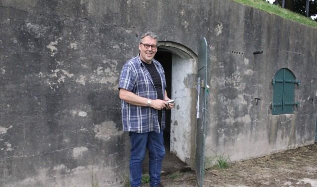 • Roel Schroot, met zaklamp, bij één van de kazematten die voor vleermuizen geschikt zijn gemaakt.