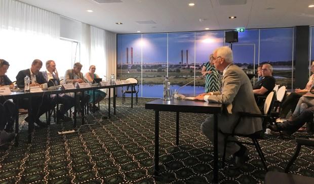 • Wethouder Peter de Vries van de gemeente Maasdriel was maandagavond één van de insprekers op de hoorzitting van de provincie over het windmolenpark langs de A2.