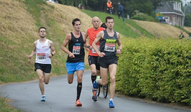• Winnaar Verhagen (met rood shirt) op weg naar de overwinning in de editie van 2017.