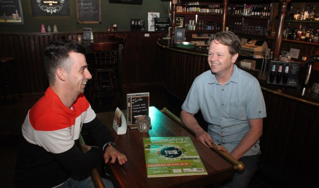 • Erol (links) en Guido in de pub.