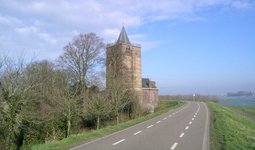 • De Waalbandijk met de dikke toren van Varik.