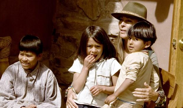 • Helena van Engelen van Stichting Kuychi met een aantal van haar Peruaanse leerlingen.