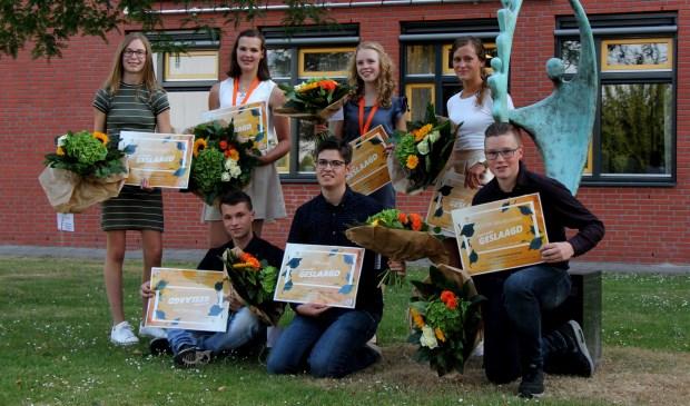 Tijdens de diploma-uitreiking werd deze prachtige foto gemaakt, met daarop de trotse leerlingen, die ook naar huis gingen met een bos bloemen.