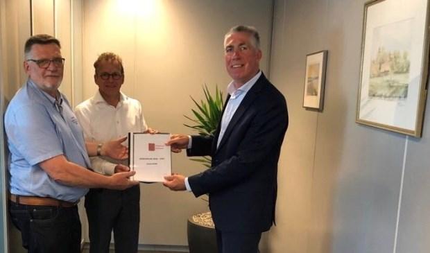 • Wethouder Gijs van Leeuwen (r) nam het gebiedsplan in ontvangst uit handen van voorzitter Rien van Veen en secretaris Arie van der Ven.