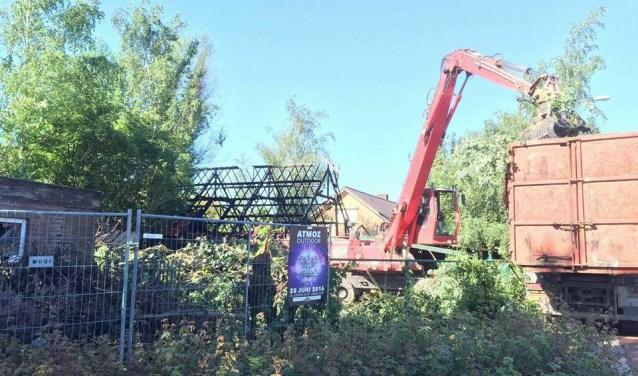 • De afgebrande gebouwen op de hoek Provincialeweg/Kapelstraat zijn gesloopt, maar er wordt voorlopig niet gebouwd.