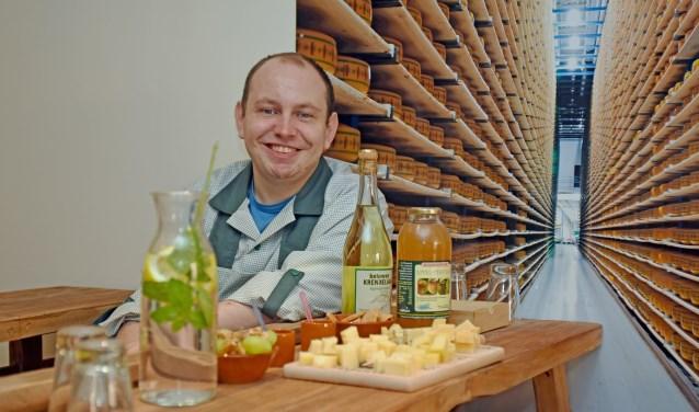 • William Koppelaar in zijn nostalgische kaasproeflokaal.