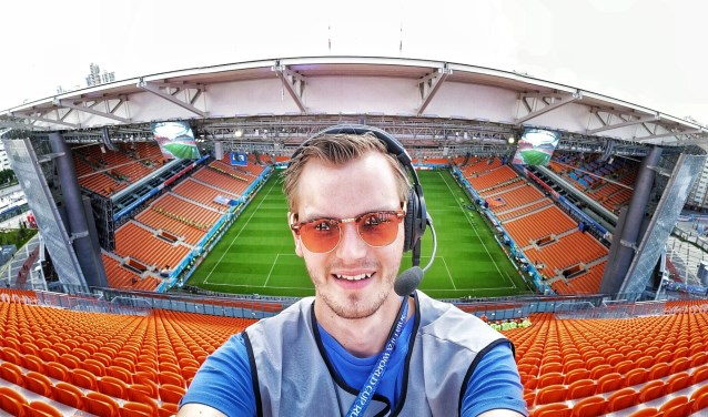 • Robert van Marion met een bijzondere selfie in het stadion van Ekaterinburg.