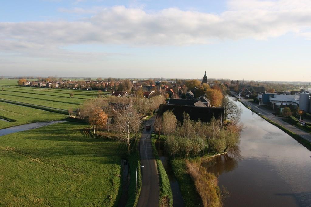 • Uitzicht vanaf molen De Vriendschap, met links de locatie van Bleskensgraaf West. Foto: Geurt Mouthaan © Alblasserwaard