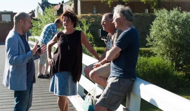 Christian Alderliesten en Anne-Wil Maris van Progressief Altena in gesprek met vrijwilligers van HSV Groot Woudrichem
