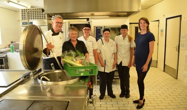 • Jaap Jager (links) en Carolien Boogert (rechts) met een gedeelte van de keukenbrigade.