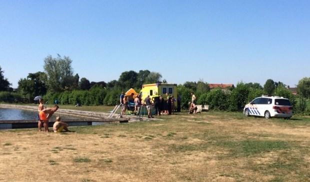Een vrouw heeft een hartstilstand gekregen terwijl ze in natuurbad De Donk bij Hoornaar zwom.
