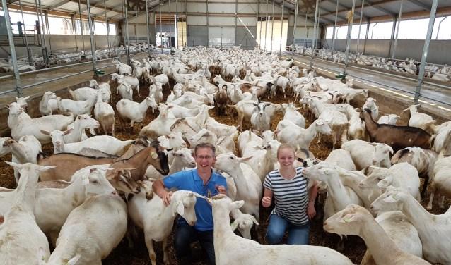 Oscar Combee en Berdine den Hartog in de stal met 650 geiten.