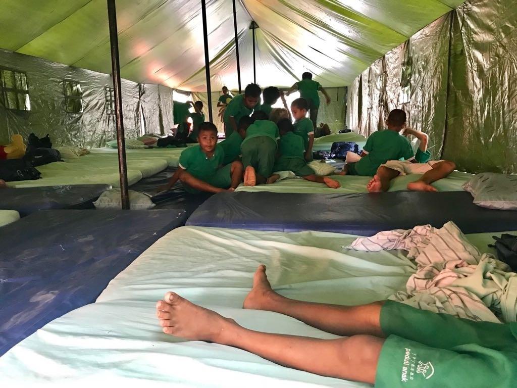• Het bedrijf BAM schonk tenten aan Peduli Anak. Foto: Henk Verschoor © Klaroen