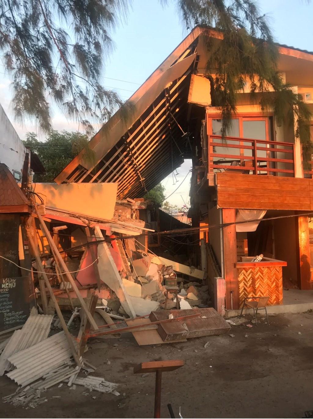 • Het hotel waar Ruud en Merel verbleven raakte zwaar beschadigd.  © Alblasserwaard