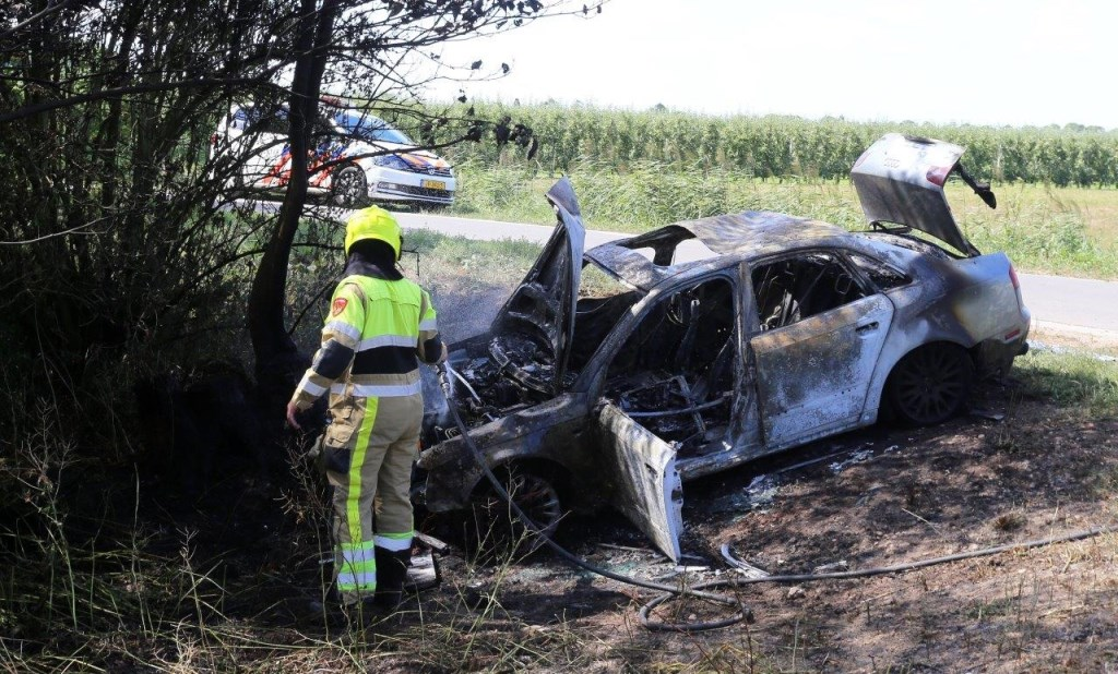 • De auto brandde volledig uit.